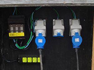 Quais cuidados deve-se ter nas instalações elétricas provisórias no canteiro de obras?